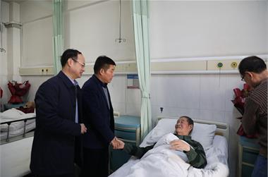 丰县人大常委会主任杜亚峰看望慰问住院离休老干部